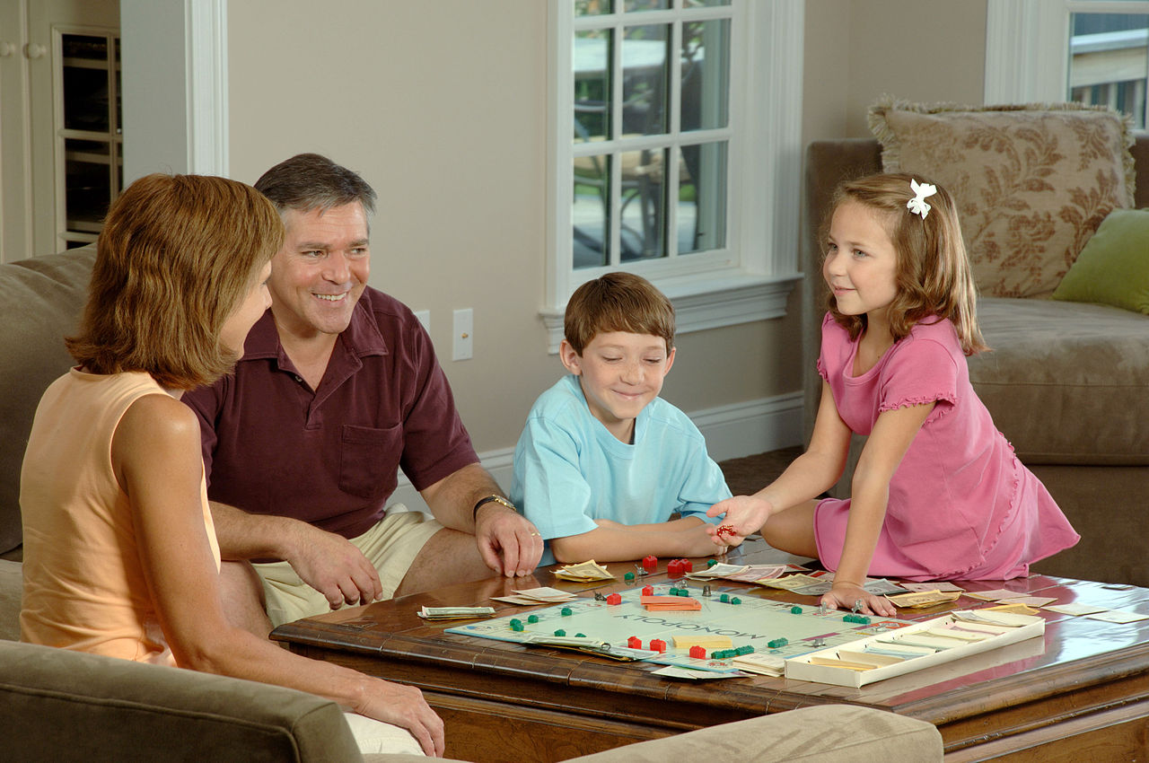 1280px-Family_playing_a_board